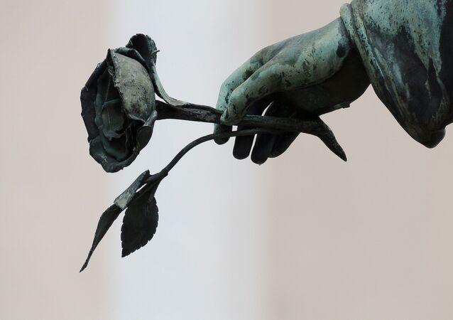 Ángel con rosa en la mano