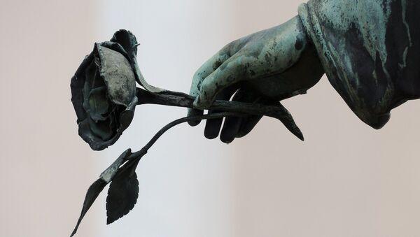 Ángel con rosa en la mano - Sputnik Mundo