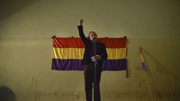 Un hombre en el fonde de la bandera de la Segunda República Española - Sputnik Mundo