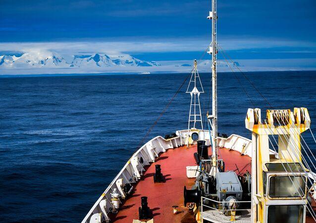 Buque Almirante Vladimirski se diirge a la Antártida