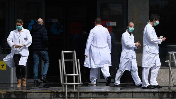 Sanitarios saliendo de un hospital de Madrid - Sputnik Mundo
