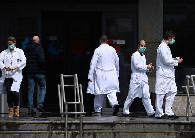 Sanitarios saliendo de un hospital de Madrid