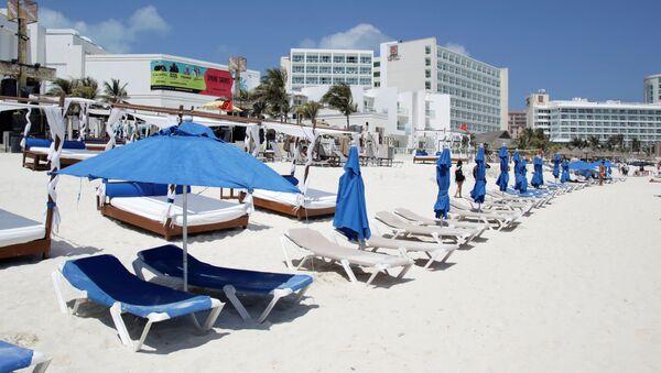 Una playa sin turistas en Cancún, México durante el brote de coronavirus - Sputnik Mundo