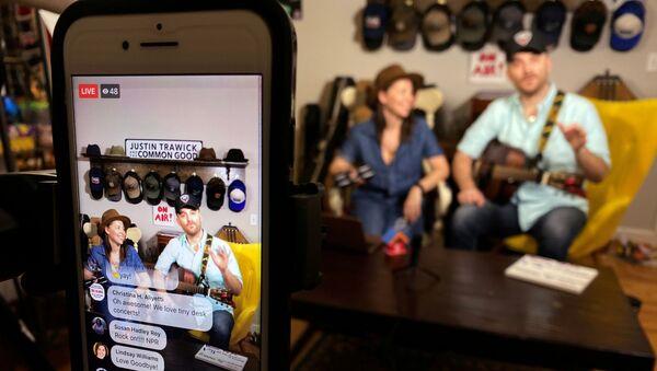 Músico estadounidense Justin Trawick y su novia, Lauren LeMunyan, interpretando en el conierto en Facebook - Sputnik Mundo