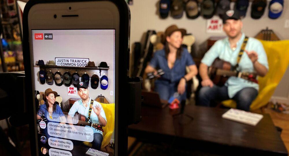 Músico estadounidense Justin Trawick y su novia, Lauren LeMunyan, interpretando en el conierto en Facebook