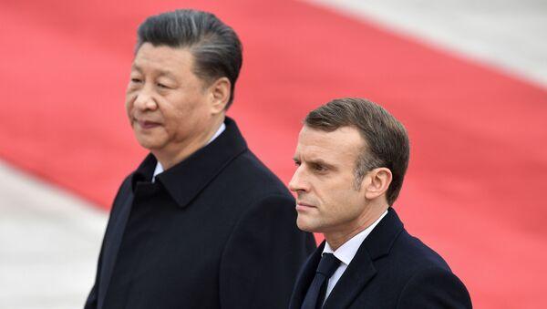 El presidente de Francia, Emmanuel Macron, junto a su homólogo Chino, Xi Jinping - Sputnik Mundo