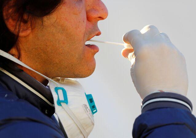Un hombre haciéndose el test para detectar COVID-19