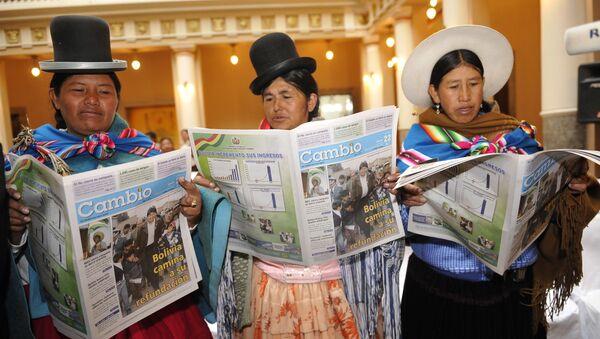 Mujeres bolivianas leyendo periódicos  - Sputnik Mundo