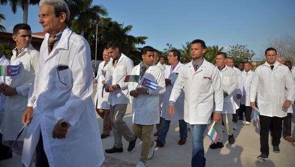 Los médicos cubanos antes de partir hacia Italia - Sputnik Mundo