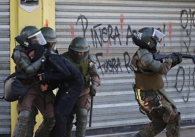 Detención de manifestante en Chile