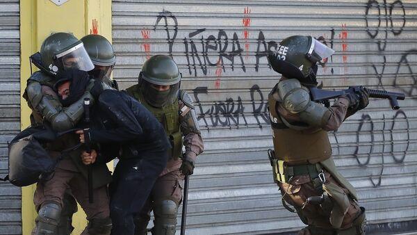 Detención de manifestante en Chile - Sputnik Mundo