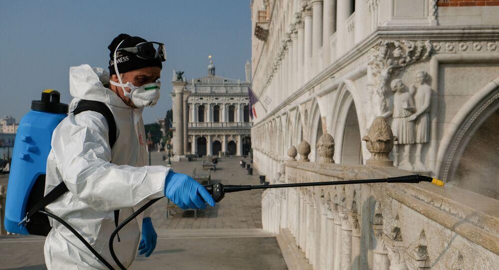 Un hombre desinfectando las calles de Venecia, Italia