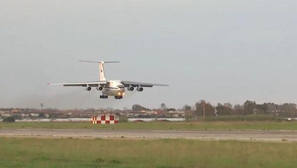 Un Il-76 ruso aterrizando en la base de la Fuerza Aérea italiana Pratica di Mare - Sputnik Mundo