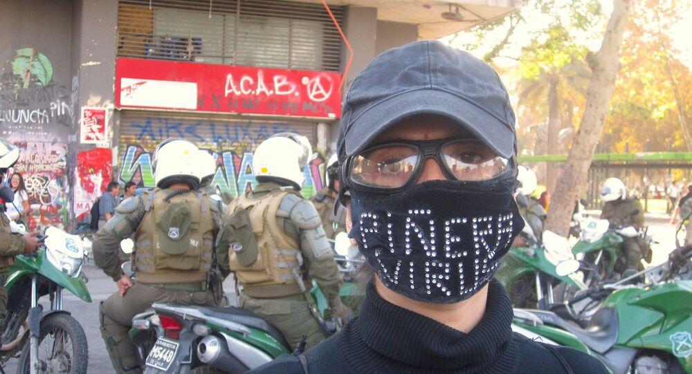 Manifestante con barbijo contra Piñera