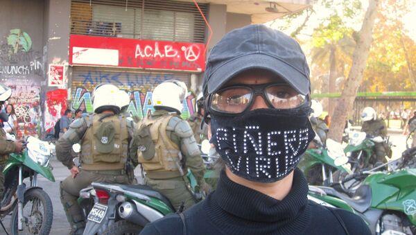 Manifestante con barbijo contra Piñera - Sputnik Mundo