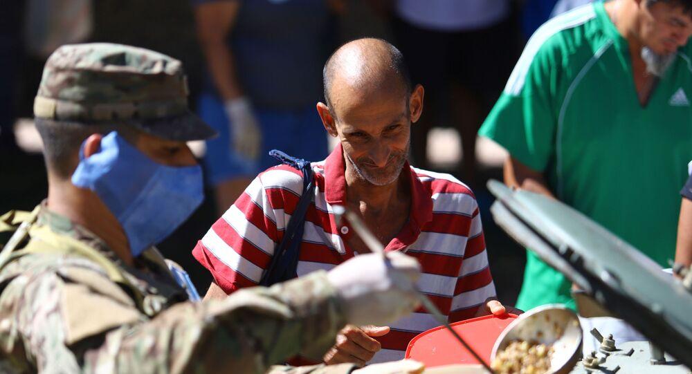 Soldados sirven alimentos en Argentina durante la cuarentena por COVID-19