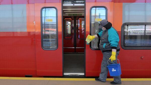 La desinfección de los trenes en Moscú como medida contra el coronavirus - Sputnik Mundo
