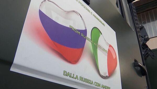 Las banderas de Rusia e Italia en forma de corazones - Sputnik Mundo