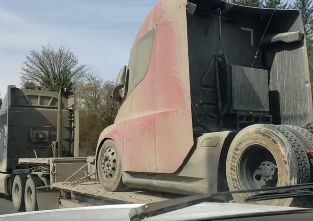 Un camión de Tesla cubierto de lodo, captura de pantalla