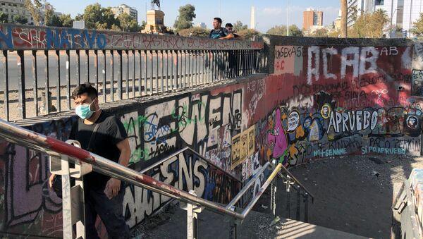 Un hombre con mascarilla en Chile - Sputnik Mundo