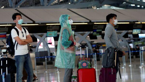 Los viajeros hacen la cola en un aeropuerto - Sputnik Mundo