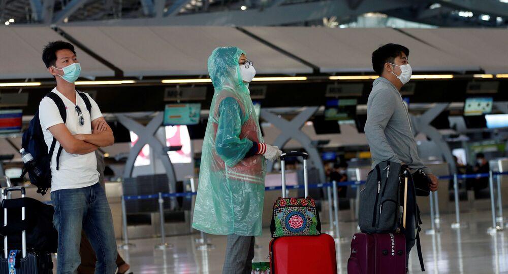 Los viajeros hacen la cola en un aeropuerto