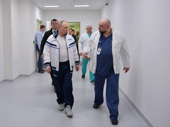 En primera línea contra el virus: Putin visita un hospital que recibe a pacientes con COVID-19 - Sputnik Mundo