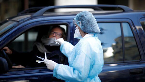 El personal médico realiza tests de coronavirus - Sputnik Mundo