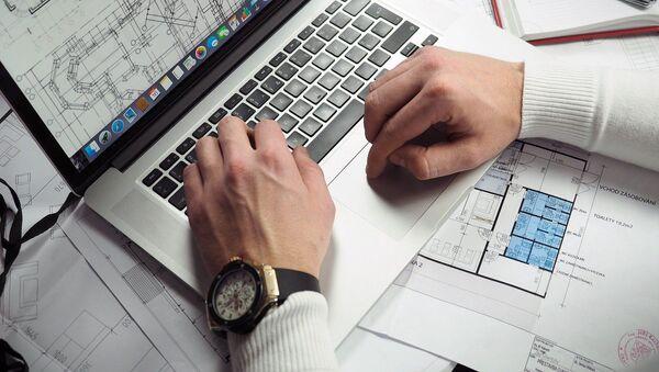 Un empresario trabaja en su ordenador - Sputnik Mundo