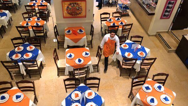 Trabajadores de uno de los restaurantes de Ciudad de México que se ve vacío por la pandemia de coronavirus - Sputnik Mundo