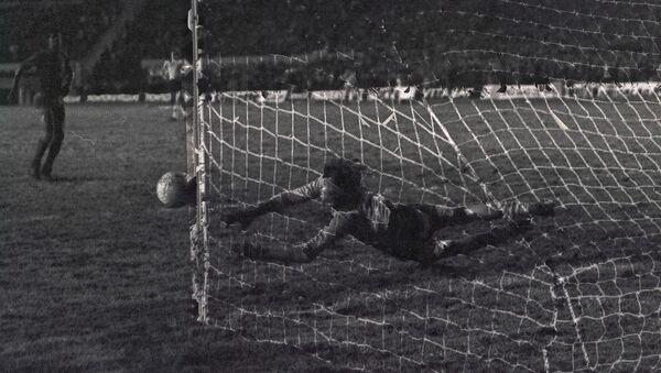 El exarquero argentino Hugo Gatti ataja un tiro penal por la Copa Libertadores de 1977, que ganó con Boca Juniors - Sputnik Mundo