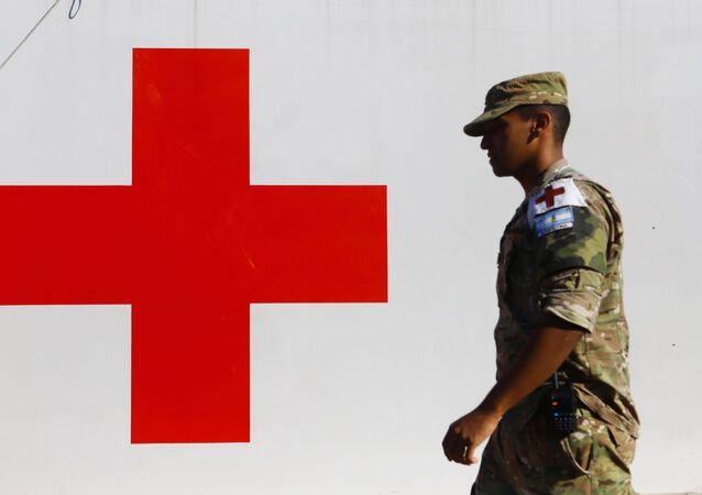 Militar argentino prestando servicio en un hospital móvil en Argentina