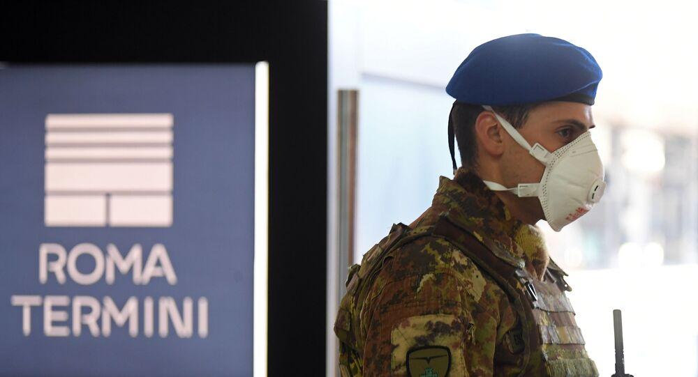 Un soldado hace guardia en la estación Termini de Roma en medio de la propagación del COVID-19