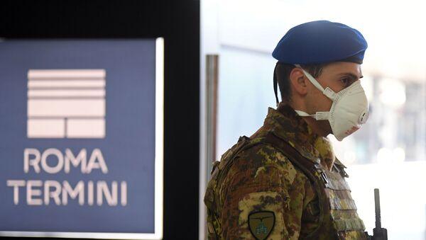 Un soldado hace guardia en la estación Termini de Roma en medio de la propagación del COVID-19  - Sputnik Mundo