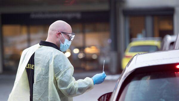 La policía prueba a una persona en un automóvil en Noruega - Sputnik Mundo