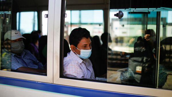 Un hombre con mascarilla en El Salvador durante el brote de coronavirus en el mundo - Sputnik Mundo