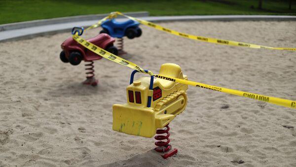 Unas atracciones para niños en Los Ángeles rodeadas por una cinta amarilla - Sputnik Mundo