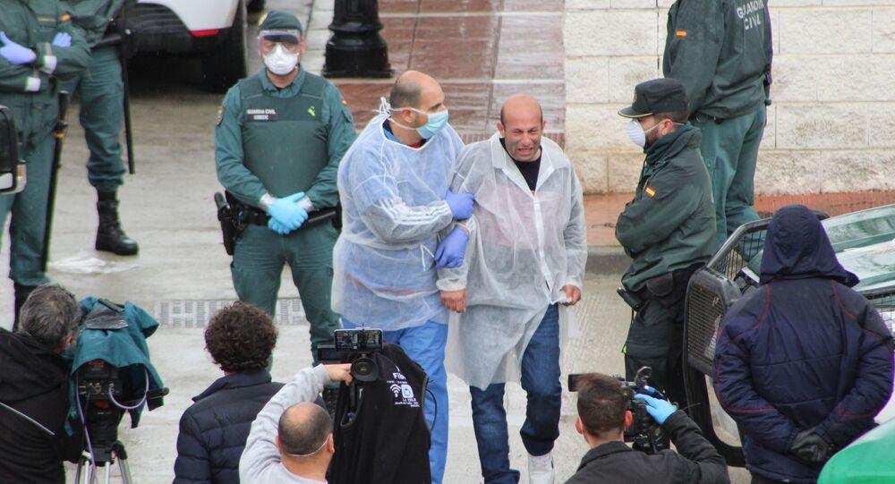 El alcalde Rafael Aguilera a la salida de la Residencia