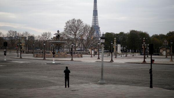 La Torre de Eiffel y calles vacías de Paris - Sputnik Mundo