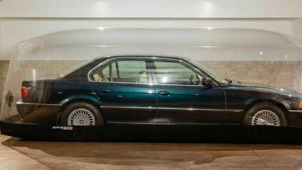 Un BMW E38 740i de 1998, en una cápsula de aire para su conservación - Sputnik Mundo