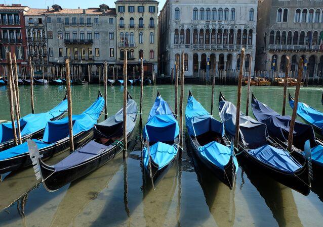 Agua limpia de los canales de Venecia en Italia durante el brote del coronavirus en el mundo