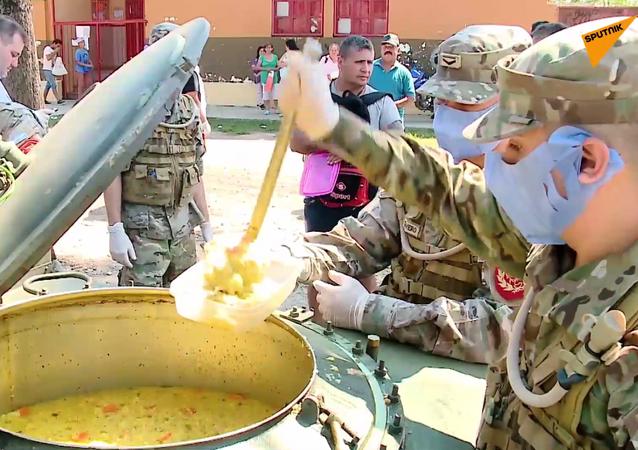 El Ejército argentino distribuye comida entre los pobres en Quilmes