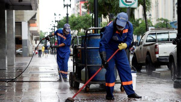 Limpian calles en Guayaquil para combatir el coronavirus - Sputnik Mundo