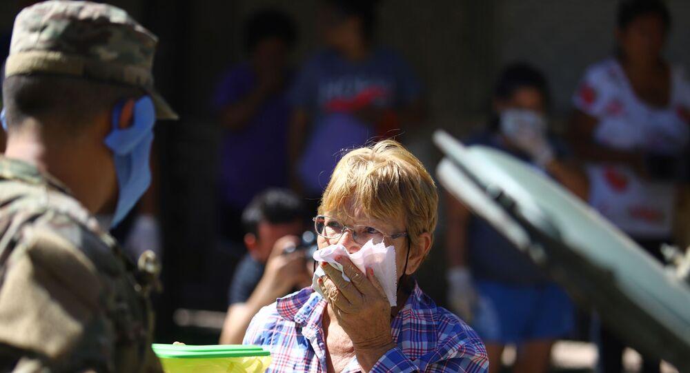 Un militar argentino y una mujer que cubre la boca
