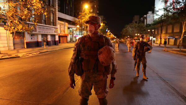 Soldados chilenos patrullan las calles durante el brote de coronavirus en Santiago de Chile - Sputnik Mundo