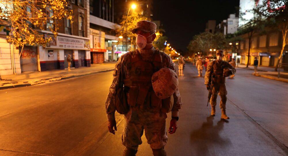 Soldados chilenos patrullan las calles durante el brote de coronavirus en Santiago de Chile