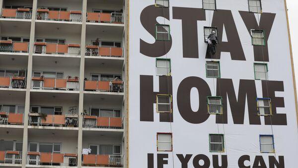 #YoMeQuedoEnCasa: los carteles urbanos más variopintos para concienciar de la pandemia - Sputnik Mundo