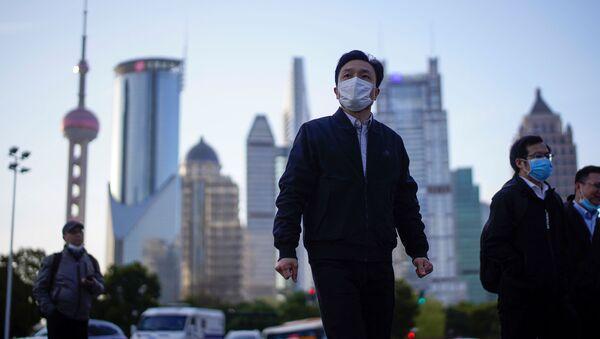 Un chino en mascarilla en Shanghái - Sputnik Mundo
