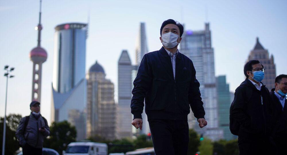 Un chino en mascarilla en Shanghái