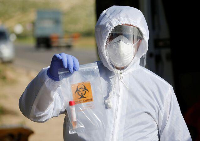 Un médico con un test de coronavirus